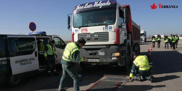 Guardia Civil inspeccionando camión en carretera TERRÁNEA