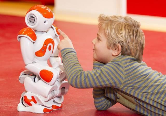nino con robot autómata jugando