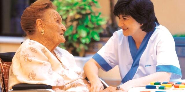 paciente de residencia Sanitas con su cuidadora