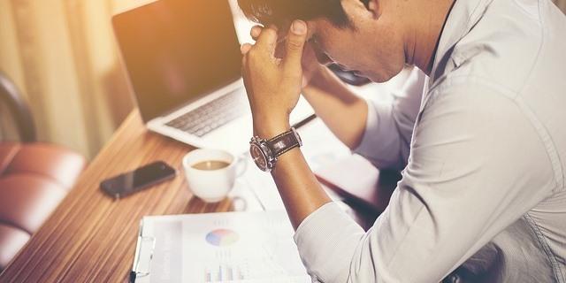 Trabajador que sufre estrés en su trabajo
