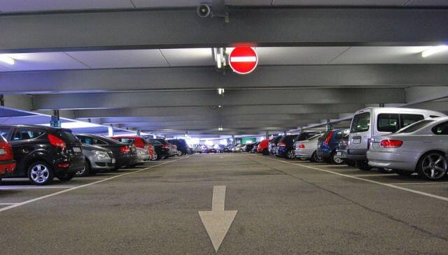 Parking público con coches aparcados