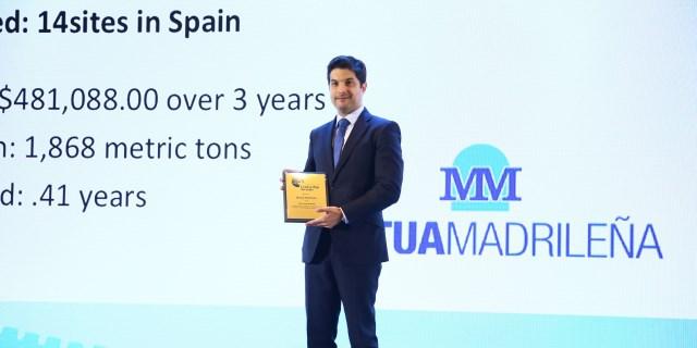 Mario Cabezos recogiendo el premio CEM energia otorgado a MUTUA MADRILEÑA