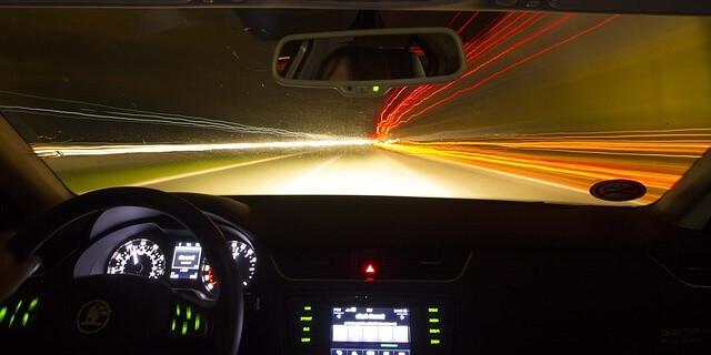 Conduciendo de noche por la carretera
