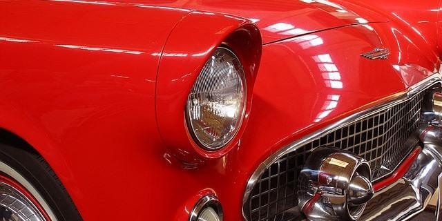 Chevrolet clásico rojo.