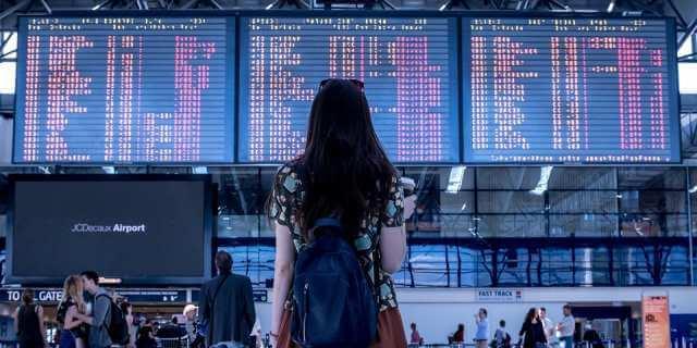 Chica volviendo de vacaciones en el aeropuerto.