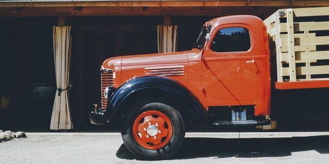 Camión clásico influyente de perfil.