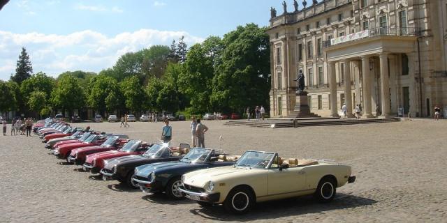 Concentración de clásicos delante de un palacio.