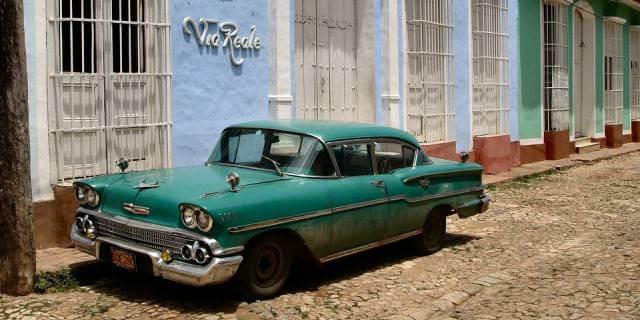 Coche clásico aparcado en calle cubana.
