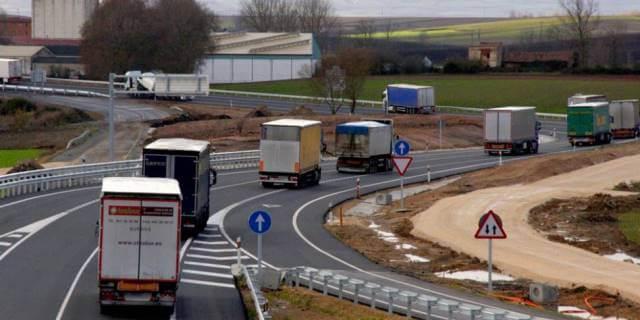 Camiones circulando por carretera AP-1