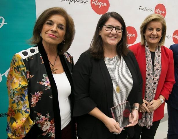 Conchita Navarro, responsable del área de RSC de Mutua Madrileña, recogió la distinción de manos de Fátima Báñez, ministra de Empleo y Seguridad Social, y Ana Botella, presidenta de la Fundación Integra.