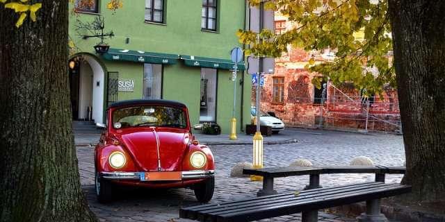 Escarabajo aparcado en una ciudad pequeña.