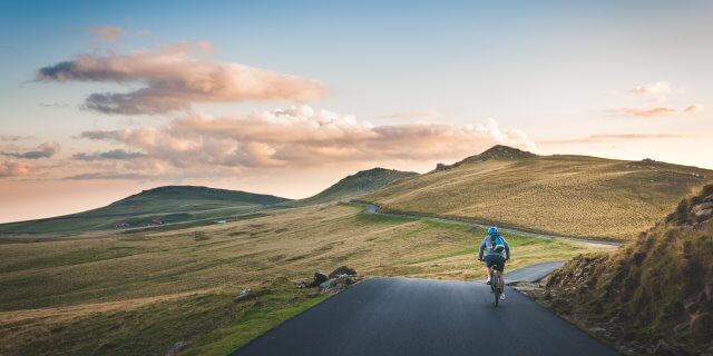 Hombre pedaleando en una ruta. Fotografía de David Marcu.