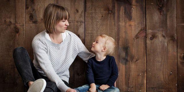 Madre e hijo sonriendo.