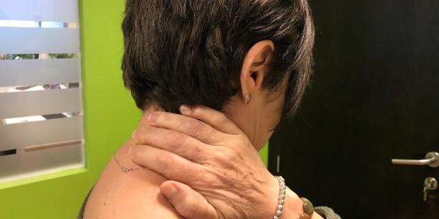 Mujer quejándose del cuello.