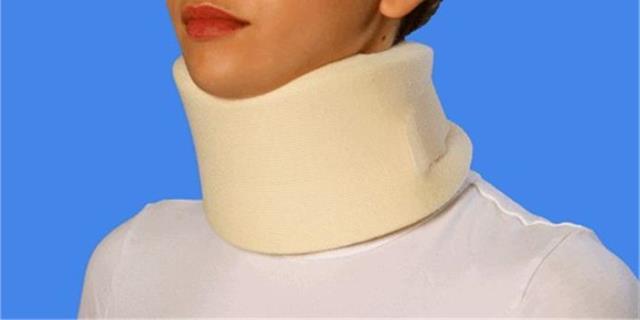Chica con un collarín en el cuello.