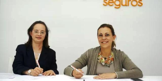 Mª del Mar Galceran y Pilar Nieto firman el convenio entre Asindown y Divina Pastora