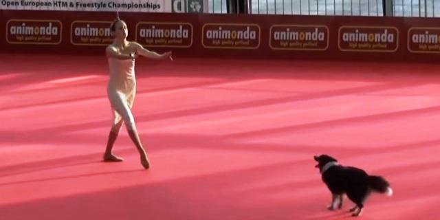 Sandra Roth bailando con su perra Lizzy.