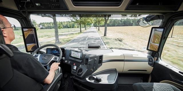 Fomento endurecerá el CAP y permitirá sacarse los carnets de camión a los 18 años (Foto: Mercedes Benz)