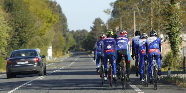 Ciclistas vulnerables circulando por la carretera