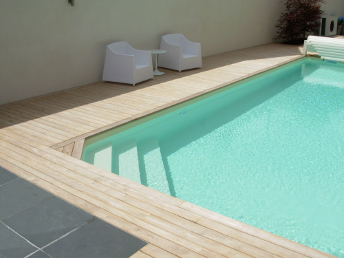 Terrasse en teck autour dune piscine