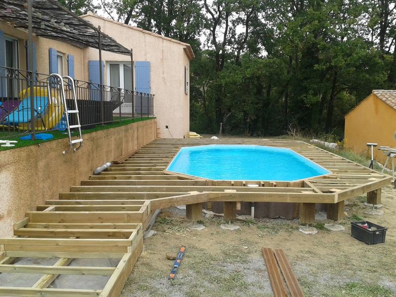 Terrasse en ipe sur pilotis autour dune piscine hors sol for Piscine en teck hors sol