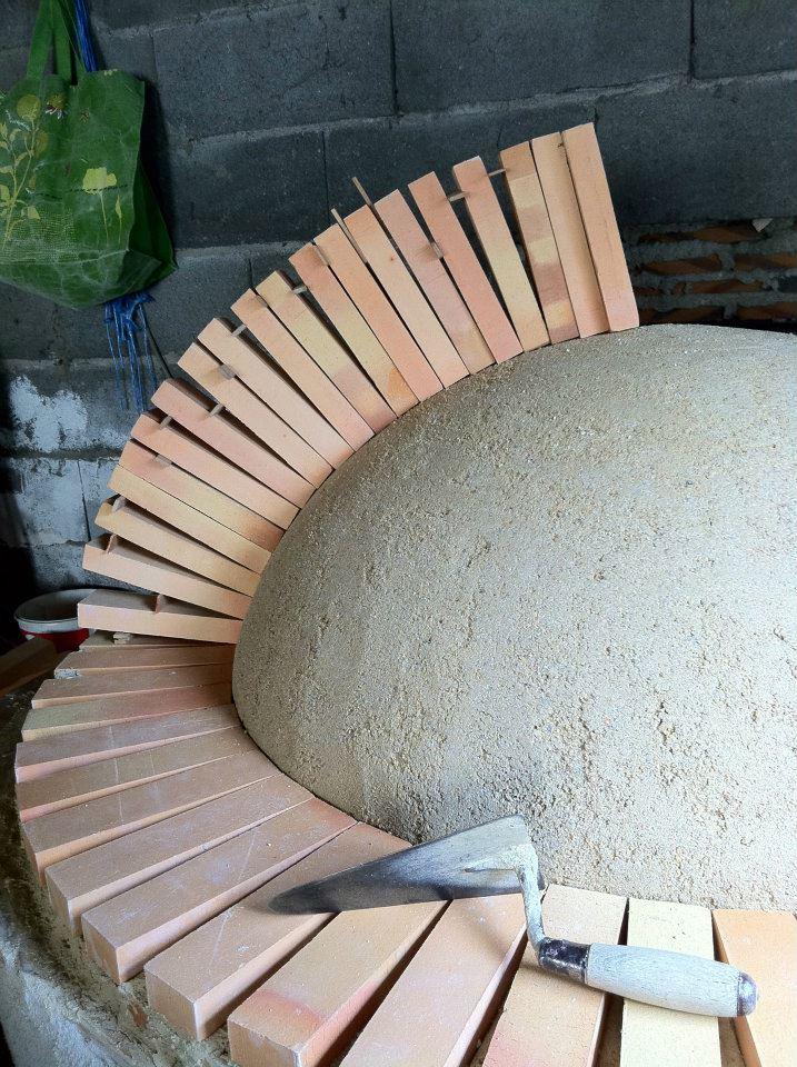 Fabrication dun four en pain  partir de la terre de la Rouchouze