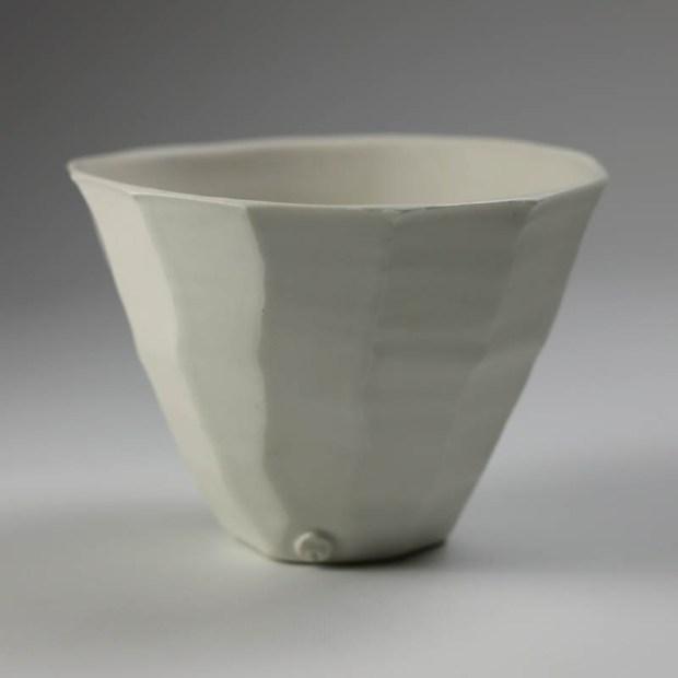 Coupe V 1   Eric Faure   Coupe V   Produit   65,00€   6278   Coupe tournée et sculptée en porcelaine émaillée   Eric Faure   Terre et Terres   10 décembre 2020