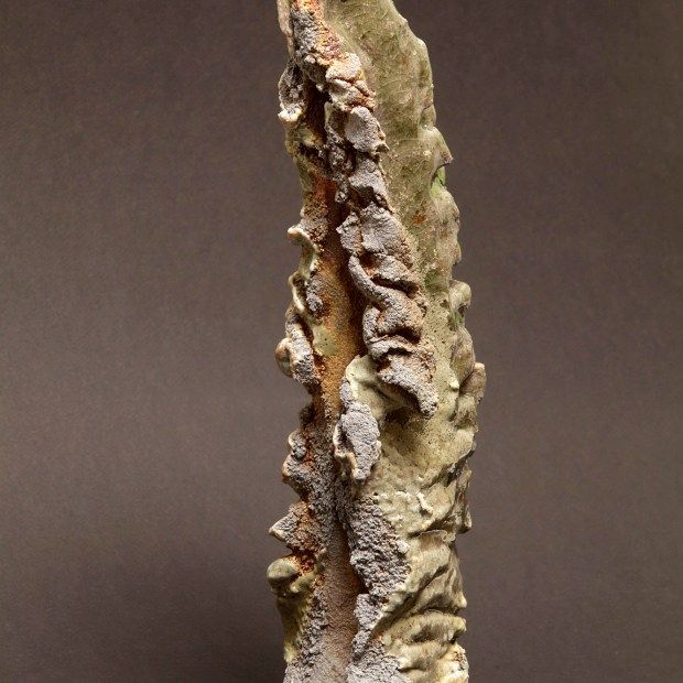 2015 06 9607 | Sylviane Perret | Walking stone. II | Produit | 350,00€ | 6732 | Sculpture en grés faisant partie d'une série de 4, émaillée de glaçures élaborées avec des argiles récoltées au Maroc, et surmontée d'une pierre. Elle est fixée sur un socle en grés lui-même émaillé (non visible sur la photo). 2 cuissons à 1300°C en four gaz, atmosphère réductrice. | Sylviane Perret - Atelier Céramique de Saint-Amans | Terre et Terres | 10 décembre 2020