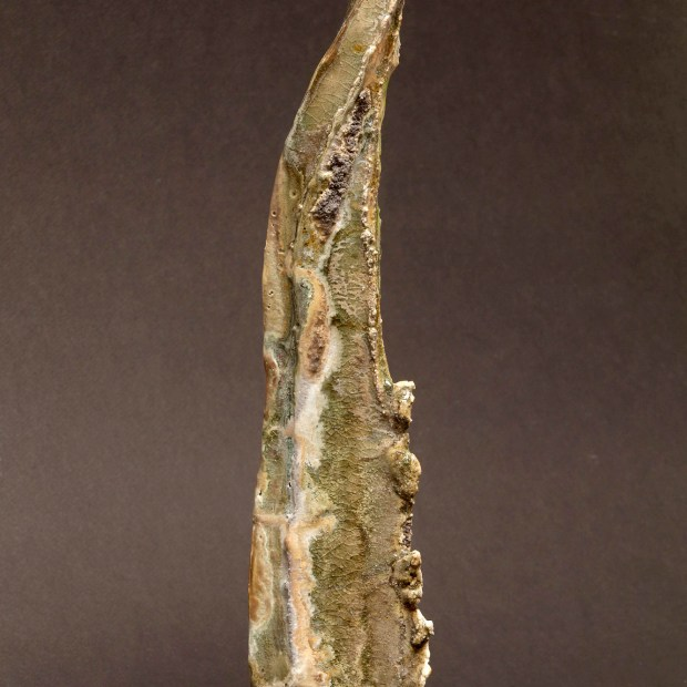 2015 06 9615   Sylviane Perret   Walking stone. I.   Produit   350,00€   6738   Sculpture en grés faisant partie d'une série de 4, émaillée de glaçures élaborées avec des argiles récoltées au Maroc, et surmontée d'une pierre. Elle est fixée sur un socle en grés lui-même émaillé (non visible sur la photo). 2 cuissons à 1300°C en four gaz, atmosphère réductrice.   Sylviane Perret - Atelier Céramique de Saint-Amans   Terre et Terres   10 décembre 2020