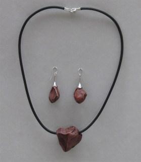 ChrisGullon collier BO 0075 | Chris Gullon | Parure : collier et BO, perles en terre patinée | Produit | 350,00€ | 6732 | Sculpture en grés faisant partie d'une série de 4, émaillée de glaçures élaborées avec des argiles récoltées au Maroc, et surmontée d'une pierre. Elle est fixée sur un socle en grés lui-même émaillé (non visible sur la photo). 2 cuissons à 1300°C en four gaz, atmosphère réductrice. | Sylviane Perret - Atelier Céramique de Saint-Amans | Terre et Terres | 17 décembre 2020