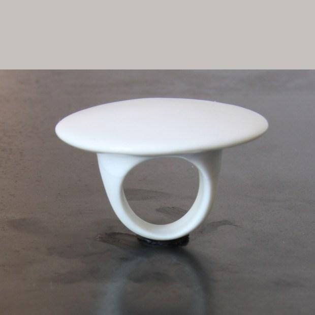 IMG 1879 | Violaine Ulmer | Bague plateau porcelaine | Produit | 110,00€ | 7191 | Bague porcelaine émaillée blanche ou noire. | Violaine Ulmer | Terre et Terres | 10 décembre 2020