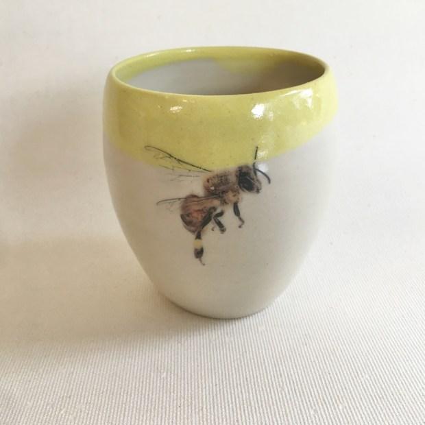 Tasse abeille 2   Hilde Segers   'Le monde des insectes' - Tasse abeille   Produit   15,00€   6989   Tasse en grès blanc   Circaterra Céramique - Hilde Segers   Terre et Terres   17 décembre 2020