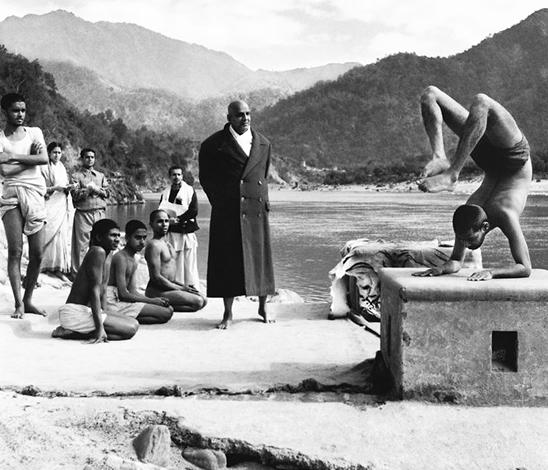 Sri Vishnu Sivananda et son disciple Devananda sur les rives du Gange, à Rishikesh
