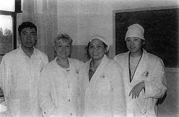 Catherine-Isaure Bousquet et Zhu Yisheng, médecin chef du département acupuncture et moxibustion en 1993