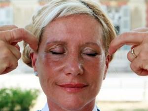 Catherine-Isaure Bousquet en train de pratiquer le Qi Gong des yeux