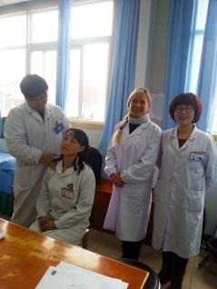 Catherine Bousquet en compagnie de confrères médecins de l'équipe Tuina à l'hôpital du Mont Wudang en Chine, décembre 2015