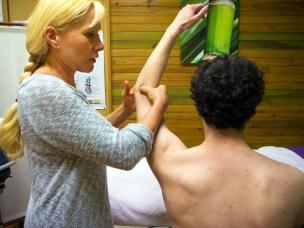 Catherine Bousquet en train de mobiliser le bras d'un patient