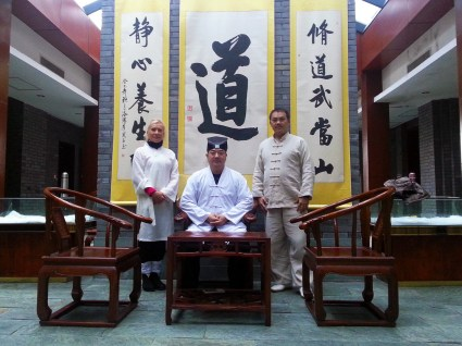 Maître Chen Li Sheng et un de ses disciple avec Catherine Bousquet