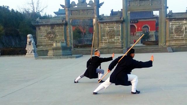 Pratique du bâton avec Maître Chen Li Sheng au Wudang