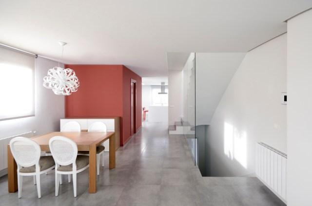 convertir un espacio vacío en vivienda dúplex.escalera