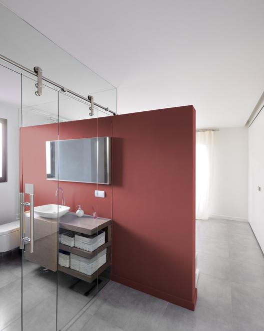 convertir un espacio vacío en vivienda dúplex.baño