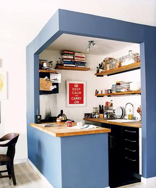 como decorar un espacio pequeño. cocina enmarcada azul