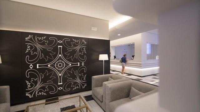 diseño de interiores hotel Monte Triana. panel retroiluminado