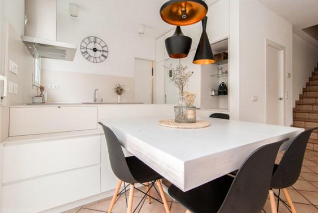 diferentes ambientes en un mismo espacio interior. mesa cocina