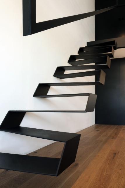 estructura metálica de escalera en apartamento loft