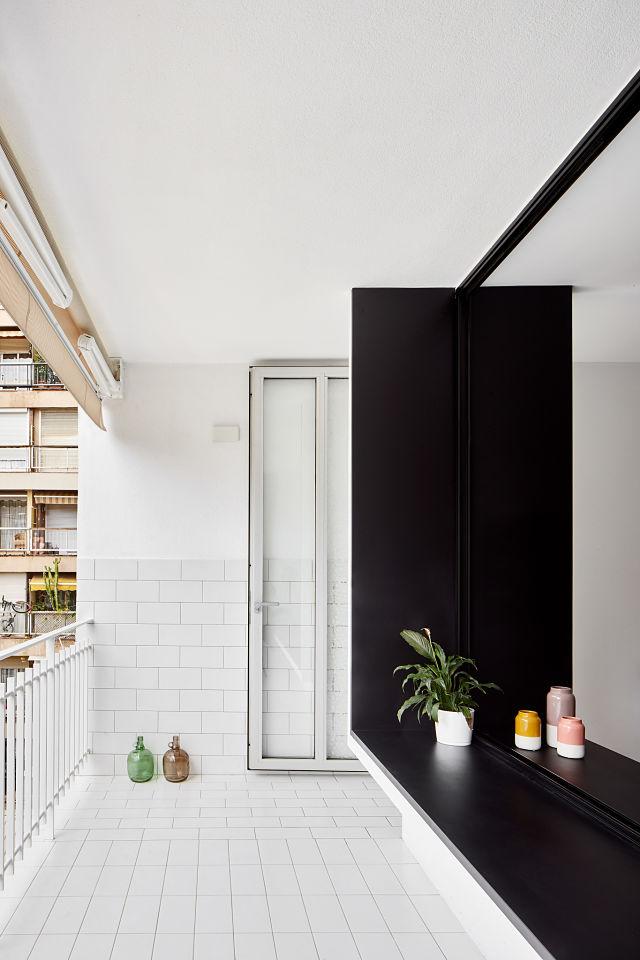 Banco que conecta el exterior con el interior de la vivienda