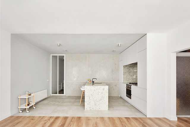 Vista completa de la cocina en reforma de apartamento