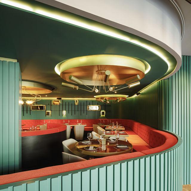 Detalle de iluminación en diseño de restaurante de la reina