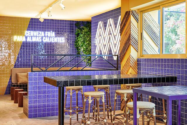 Zona de tabuteres y mesas altas en decoración de bar