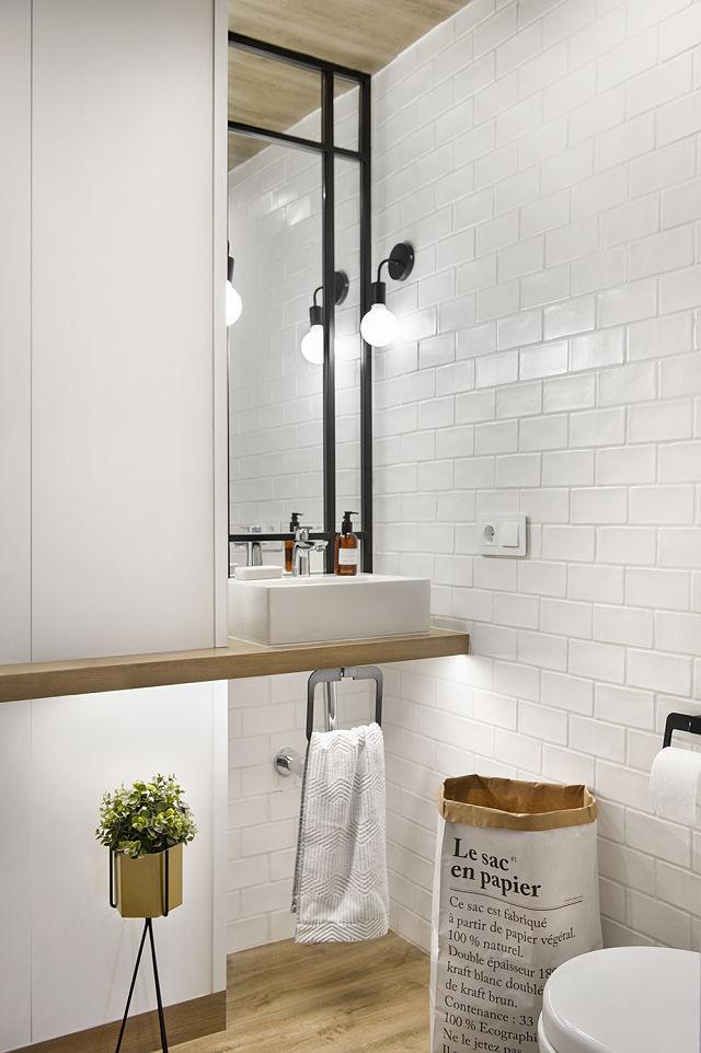 Transformar baño de un loft en roble y blanco